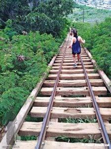 Koko railway trail - nielegalny szlak na krater wulkaniczny na wyspie Oahu. Szlak wiedzie po starej lini kolejowej nad przepaścią. W tle widać ostrożnie stąpających ludzi
