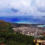 Panorama wybrzeża Oahu. Coast Oahu. Po lewej stronie widać błękitną zatokę Hanauma Bay. Po prawej stronie widać plażę Waikiki oraz gęstą zabudowę obrzeży Honolulu.