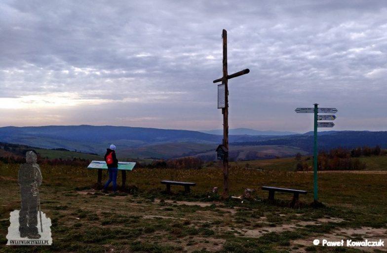 Góra przymiarki. Na zdjęciu widoczny krzyż z inskrypcją. Dobry punkt widokowy