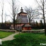 Drewniana cerkiew we wsi Bałucianka. widok z oddali wraz murkiem