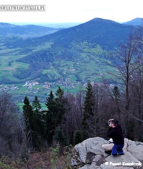 Włóczykij robi zdjęcia na górze Szczebel. Beskidy. W tle panrama Beskidów.