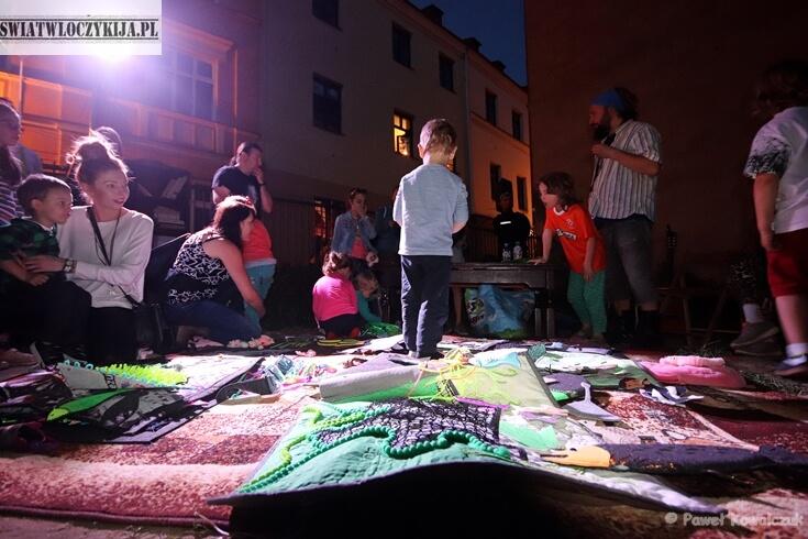 Nocna zabawa dzieci interaktywnymi zabawkami