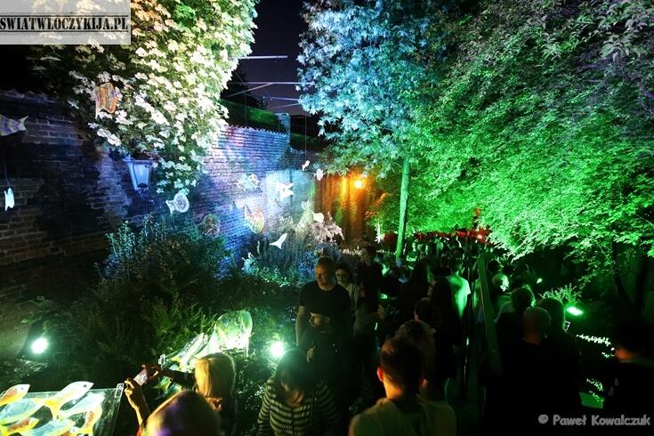 Bajecznie kolorowy Zauek Hartwigów w Lublinie. Kolorowe światło i instalacje szklanych ryb tworzą niesamowity klimat. Noc Kultury 2019