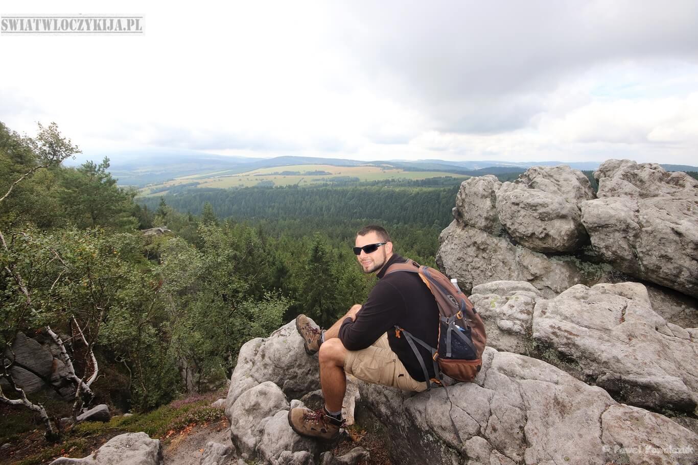 Narożnik - Góry Stołowe. Zdjęcie na skałach z widokiem doliny w tle