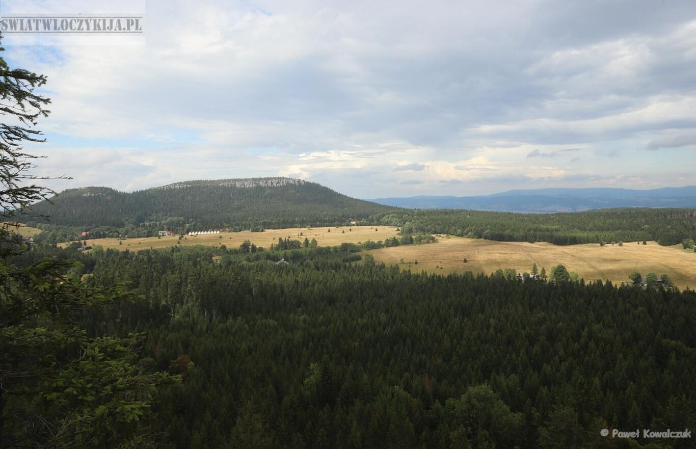 Widok na Szczeliniec Wielki z Fortu Karola w Górach Stołowych.
