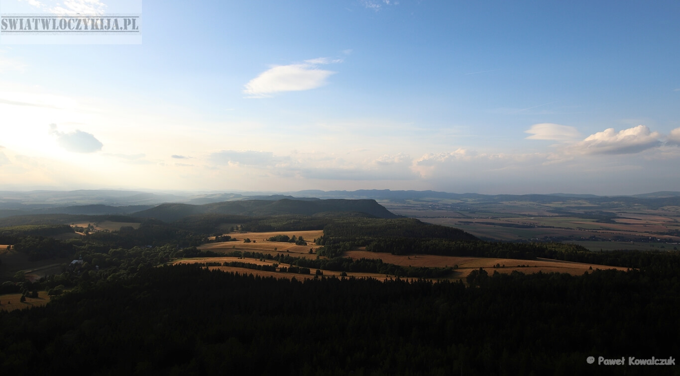 Panorama rozciągająca się z góry Szczeliniec Wielki ( Góry Stołowe ).