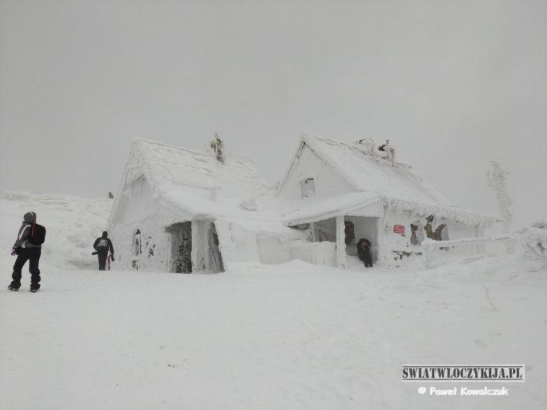 Chatka Puchatka na Połoninie Wetlińskiej. Pokryta śniegiem Chatka Puchatka - schronisko na Połoninie Wetlińskiej w Bieszczadach.