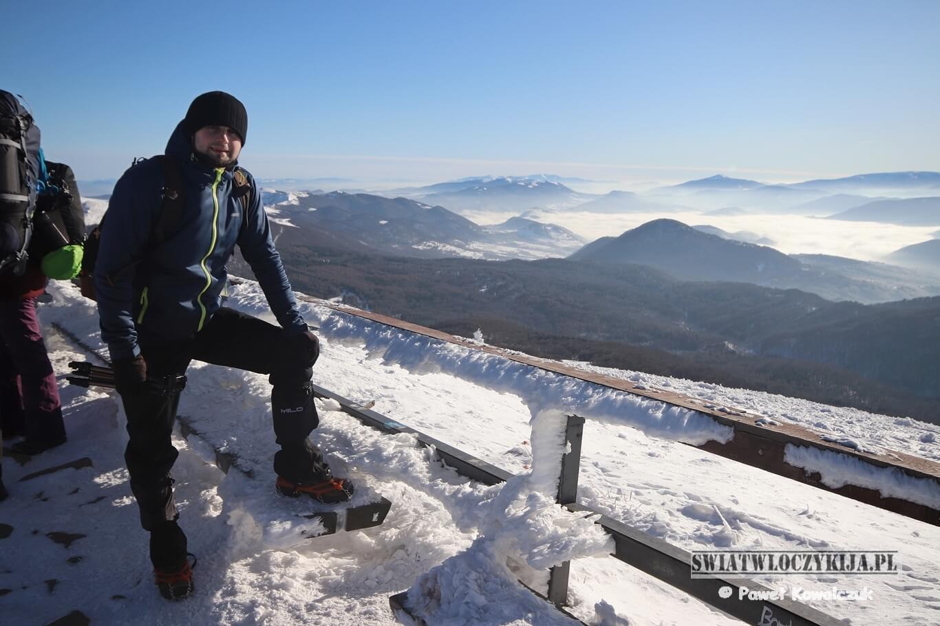 Widok ze szczytu Tarnicy. Na zdjęciu Paweł Kowalczuk - fotogra i bloger na tle okalającego szczyt morza chmur i gór.