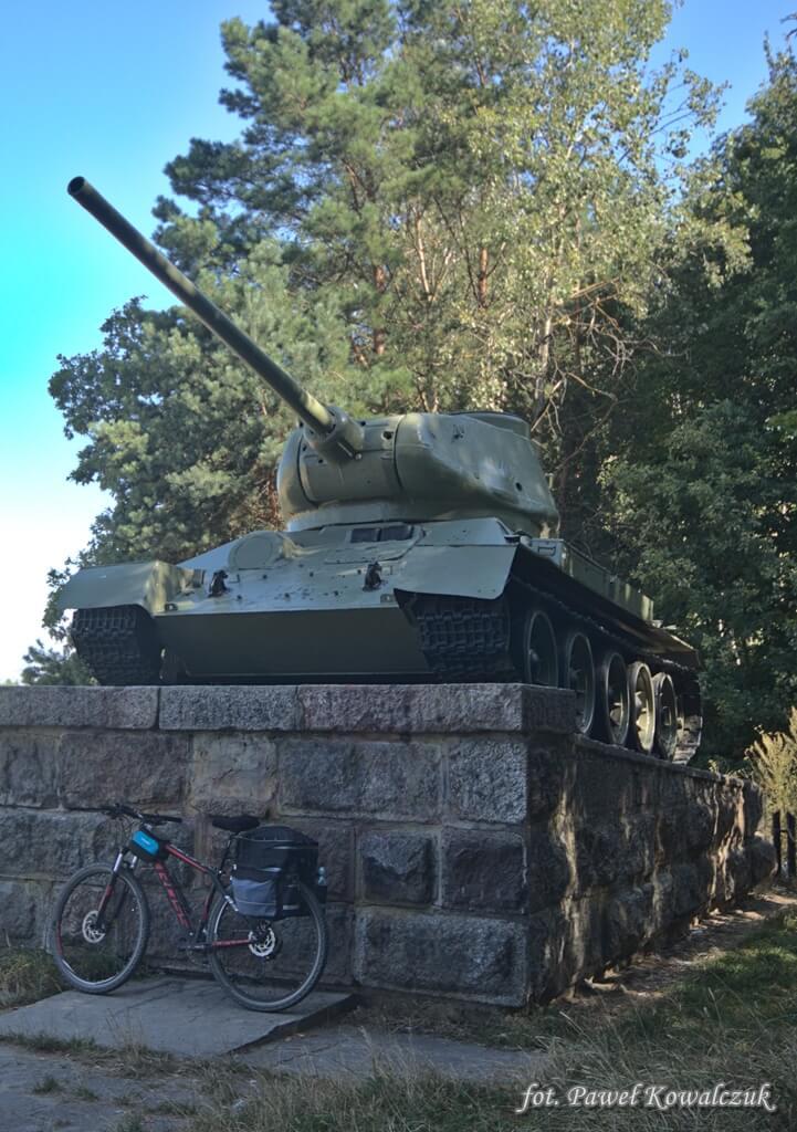 Czołg radziecki T-34 na postumencie niedaleko miejscowości Neple na Podlasiu